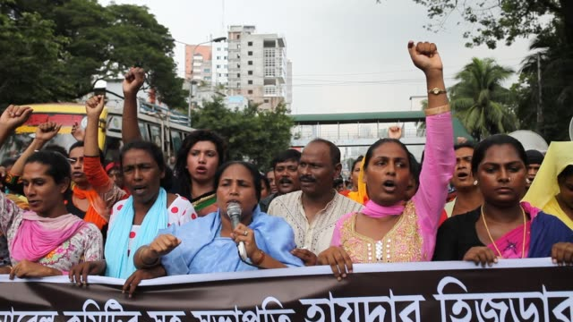 vídeos de stock e filmes b-roll de bangladeshi transgenders gathered and made protest against the recent killing of their leader haider ali koli in front of press club in dhaka... - hermafrodita