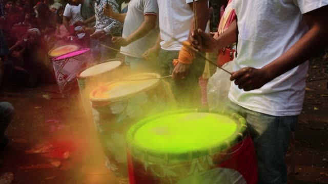 stockvideo's en b-roll-footage met bangladeshi youth playing colored powders during holi celebrations at the fine arts institute of dhaka university in dhaka bangladesh on march 01... - holi phagwa