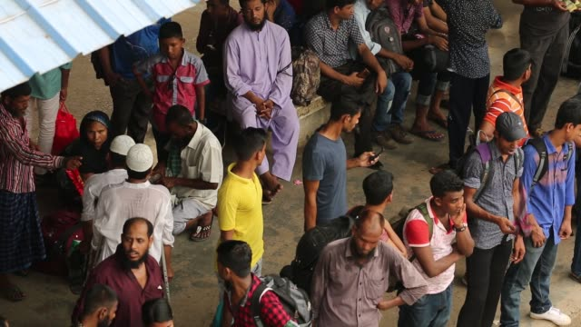 bangladeshis cram onto a train as they travel back home to be with their families ahead of the muslim festival of eid alfitr in dhaka bangladesh - bahnreisender stock-videos und b-roll-filmmaterial