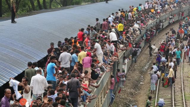 bangladeshis cram onto a train as they travel back home to be with their families ahead of the muslim festival of eid al-fitr in dhaka , bangladesh - bahnreisender stock-videos und b-roll-filmmaterial