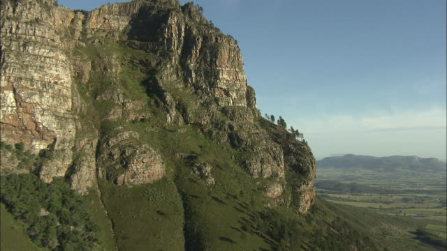 low aerial banhoek mountains, franschhoek, western cape, south africa - franschhoek stock videos and b-roll footage