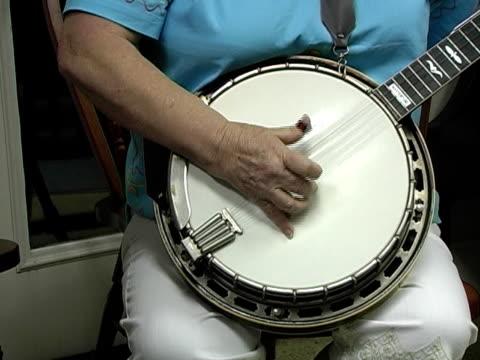 mamma di banjo - musica country video stock e b–roll