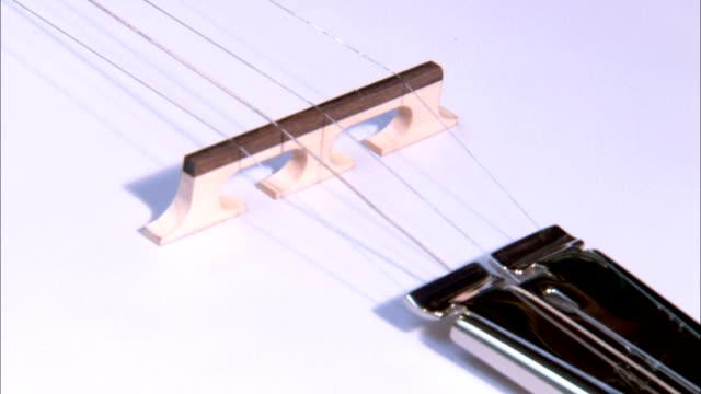 banjo strings tighten. - banjo stock-videos und b-roll-filmmaterial