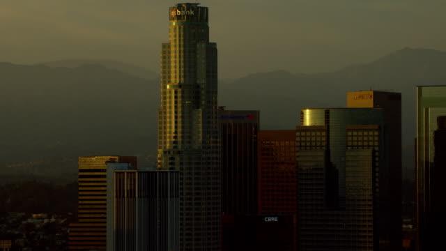 vidéos et rushes de us bank center in la at golden hour - hémisphère nord