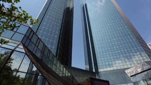 bank in frankfurt am main, schwenken - schwenk stock-videos und b-roll-filmmaterial