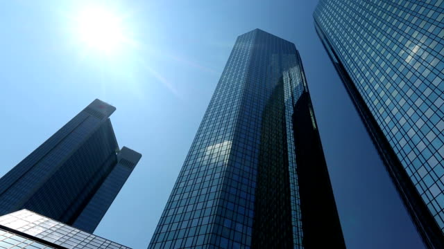bank in frankfurt, panning - largo descrizione generale video stock e b–roll