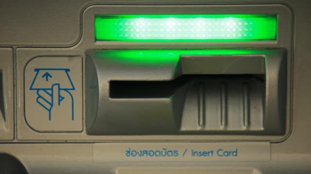 vidéos et rushes de distributeur automatique de billets de banque carte slot machine - insérer