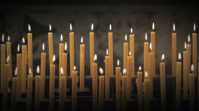 vidéos et rushes de ws bank of candles burning in black space / auckland, new zealand - candlelight