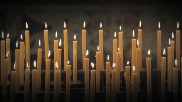 vidéos et rushes de ws bank of candles burning in black space / auckland, new zealand - calque