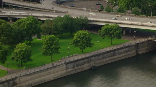 vídeos de stock e filmes b-roll de ms aerial bank of downtown waterfront park by river / oregon, united states - rio willamete