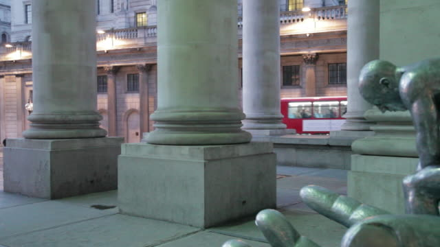 bank of england and pillars of the royal exchange at dusk, the city, london, england, uk - figura maschile video stock e b–roll