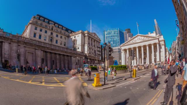 vídeos y material grabado en eventos de stock de bank of england and road traffic in the city of london. - edificio financiero