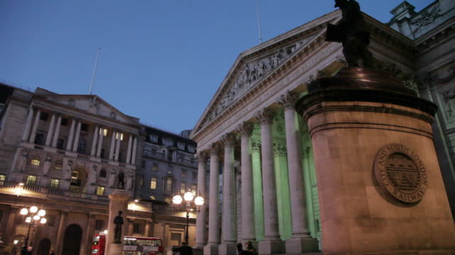 bank of england and the royal exchange at dusk, the city, london, england, uk - 中央銀行点の映像素材/bロール