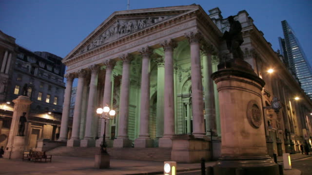 bank of england and the royal exchange at dusk, the city, london, england, uk - figura maschile video stock e b–roll