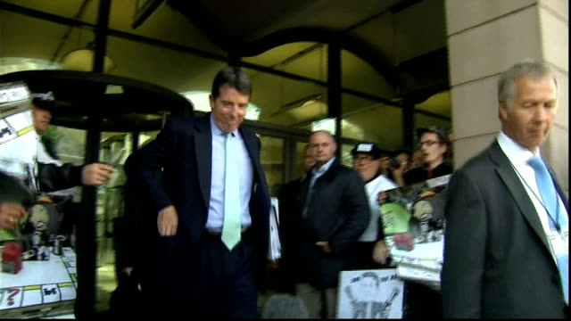 bank of england deputy governor denies influencing libor rate; 4.7.2012 westminster: ext bob diamond from portcullis house past press throng to taxi - 説得点の映像素材/bロール