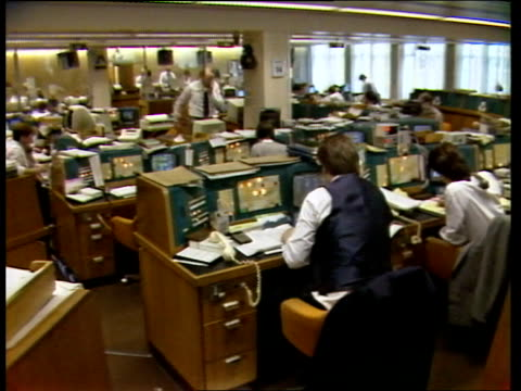 bank of england reintroduces minimum lending rate england london nat west foreign exch int gv office staff on phones av dealers at switchboards bv... - bank stock-videos und b-roll-filmmaterial