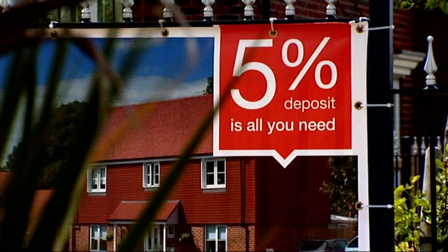 Bank of England warn house market boom is 'biggest risk' to economic recovery R20051322 / Chinnor '5% deposit is all you need' sign