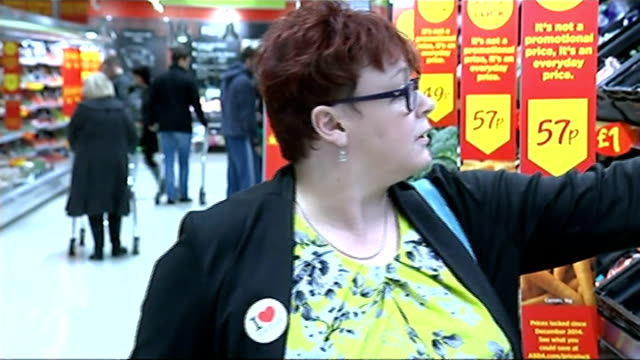 bank of england warns inflation could fall below zero by spring sheffield wendy ward shopping in vegetable aisle of asda supermarket and interview sot - 生鮮食品コーナー点の映像素材/bロール