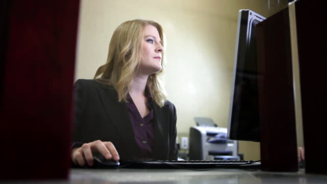 bank teller using computer in bank - kassörska bildbanksvideor och videomaterial från bakom kulisserna