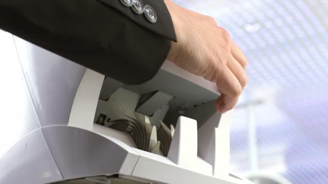 vídeos y material grabado en eventos de stock de hd: cajero de banco con el dinero contador de la máquina - manojo