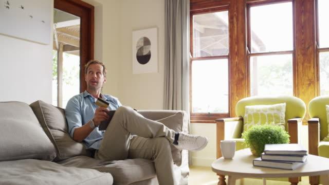 il banking online funziona meglio per noi - boyfriend video stock e b–roll