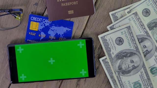 vídeos de stock, filmes e b-roll de nota dos eua e telefone inteligente com tela verde. - usa