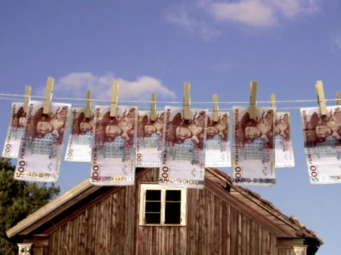 stockvideo's en b-roll-footage met banknotes hanging in a clothes line. - wasknijper