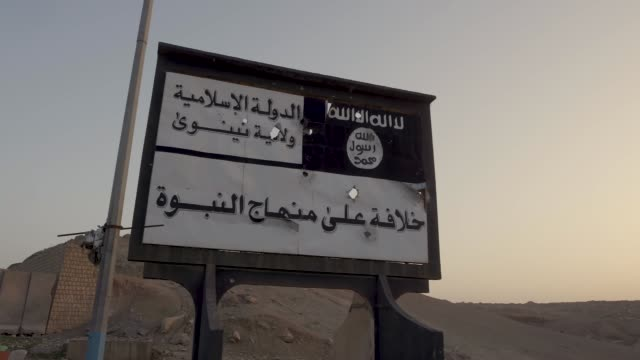 vídeos y material grabado en eventos de stock de a isis banner at the entrance of western mosul the military operation to liberate the city of mosul form isis caused widespread destruction and... - isis