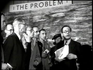 vidéos et rushes de banner 'exhibition county of london plan.' men talking at 'the problem' display. display 'westminster precinct.' city model. service men & women... - reconstruction