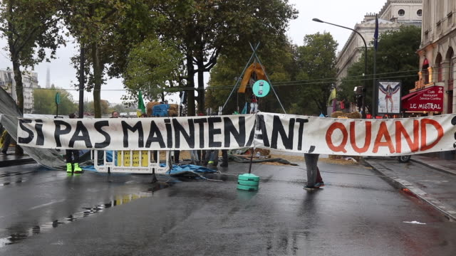 barricade made by the demonstrators to block access to the place du châtelet. quay of gesvres, 75001 paris. the activists of the ecologist movement... - barricade stock videos & royalty-free footage