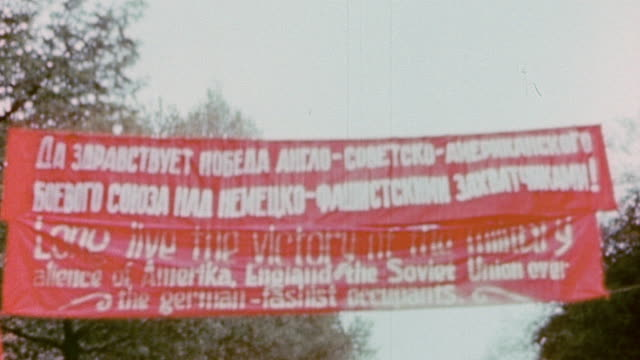 banner in english and russian, celebrating the meeting of u.s. army and soviet army soldiers on the elbe river / torgau, germany - river elbe stock videos & royalty-free footage