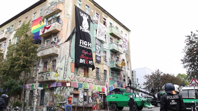 """banner says """"fight gentrification"""" at """"liebigstrasse 34, also known as liebig34, during the eviction of its residents on october 09, 2020 in berlin,... - links platz stock-videos und b-roll-filmmaterial"""