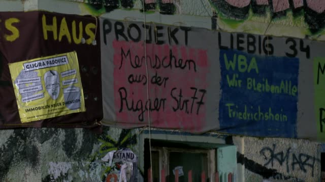 """banner says """"house project liebig34"""" at """"liebigstrasse 34, also known as liebig34, during the eviction of its residents on october 09, 2020 in... - links platz stock-videos und b-roll-filmmaterial"""