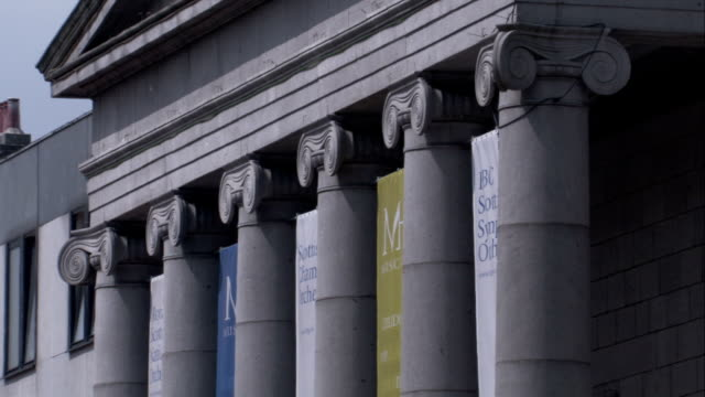 vidéos et rushes de banners hang between the columns of aberdeen's music hall. available in hd. - fronton