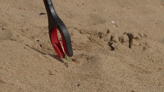 vidéos et rushes de banning plastic straws could have unintended negative consequences for the disabled; england: essex: clacton-on-sea: ext various shots of beach clean... - cueillir