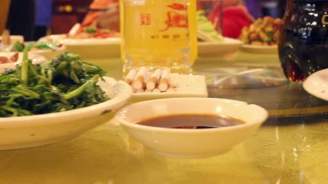 vídeos de stock e filmes b-roll de cu banquet of chinese wedding/xian,shaanxi,china - banquete
