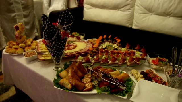 vídeos y material grabado en eventos de stock de banquete preparado por una empresa de catering - bandeja para servir