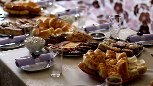 vídeos de stock e filmes b-roll de banquet table with different food snacks and appetizers - banquete