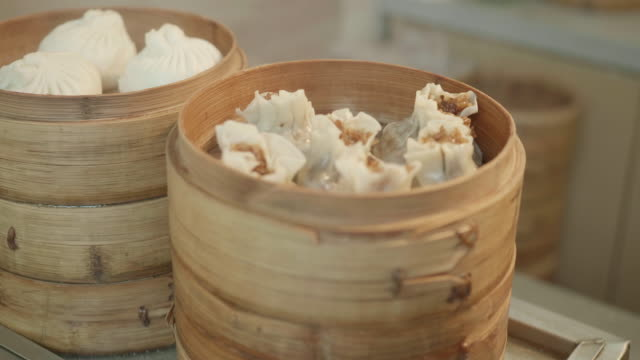 vídeos de stock, filmes e b-roll de bun bao no navio de bambu - bolinho de massa