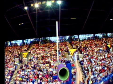bar camera watches as svetlana feofanova clears 445m in women's pole vault 2004 crystal palace athletics grand prix london - lanci e salti femminile video stock e b–roll