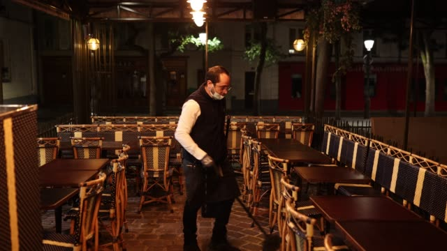 vídeos y material grabado en eventos de stock de bar employee sweeps up a few moments before curfew on october 17, 2020 in paris, france. the french government has imposed a night curfew between 9... - barrer