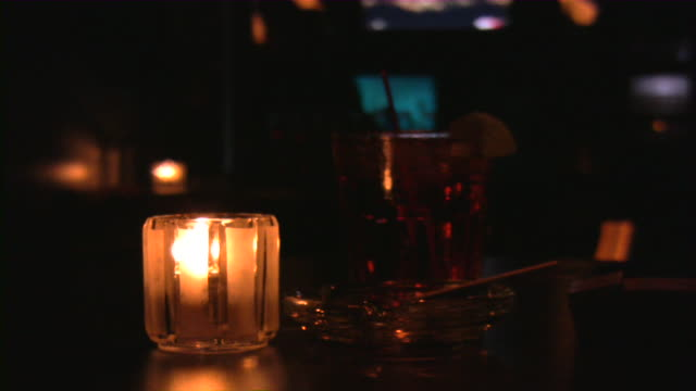 bar, pub, ristoranti e night club scena. - happy hour video stock e b–roll
