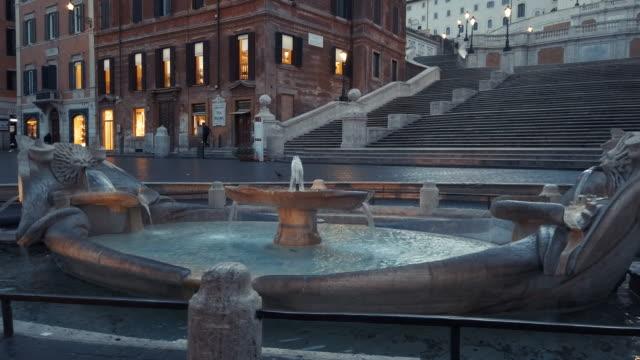stockvideo's en b-roll-footage met baraccia fontein en spaanse trappen op het spaanse plein, rome, italië - rome italië