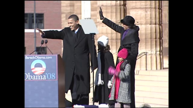 vidéos et rushes de barack obama and family wave to cheering crown at his presidential campaign announcement in springfield illinois on february 10, 2007. - élection