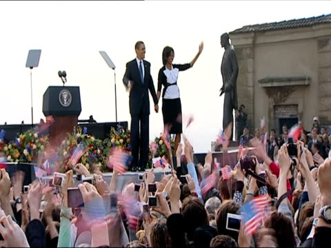 vídeos y material grabado en eventos de stock de barack obama and michelle obama walking on stage and waving to large crowd / prague czech republic - 2009