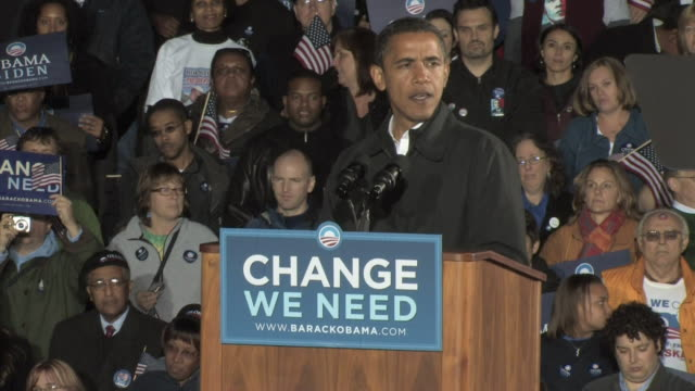 vídeos de stock e filmes b-roll de barack obama joining crowd in chant of 'yes we can' on the eve of the presidential election on november 3 2008 / manassas virginia united states /... - comício político
