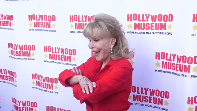 barbara eden honored at the hollywood museum's lobby series tribute on august 21, 2019 in hollywood, california. - エリオット グールド点の映像素材/bロール