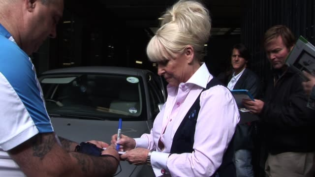 vídeos de stock e filmes b-roll de barbara windsor leaves itv studios after appearing to discuss her final moments playing the character 'peggy mitchell' in eastenders for a total of... - eastenders