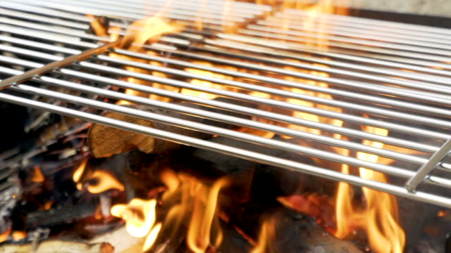 barbecue grill feuer in zeitlupe. - flamme stock-videos und b-roll-filmmaterial