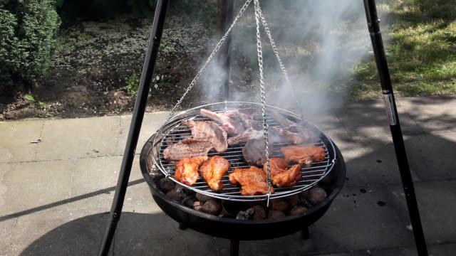 barbecue-grill - einige gegenstände mittelgroße ansammlung stock-videos und b-roll-filmmaterial